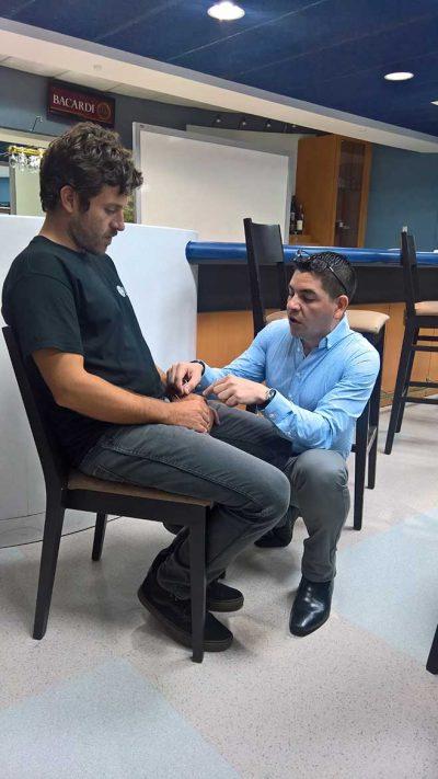 Dr. Roberto Román Juliá ofreció una demostración de acupuntura a varios de los profesionales.